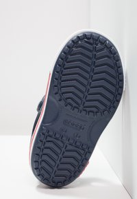 Crocs - Chanclas de baño - navy/white - 2