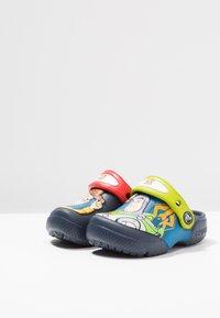 Crocs - BUZZ CLOG - Chanclas de baño - navy - 2