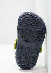 Crocs - BUZZ CLOG - Chanclas de baño - navy - 4