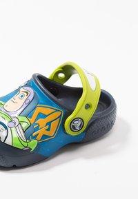 Crocs - BUZZ CLOG - Chanclas de baño - navy - 6