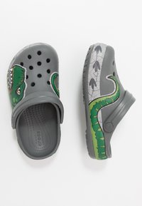 Crocs - DINO BAND LIGHTS - Sandalias planas - slate grey