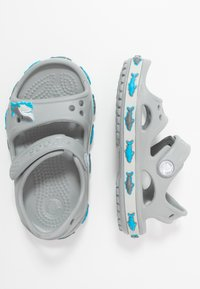 Crocs - SHARK BAND - Sandały kąpielowe - light grey - 0