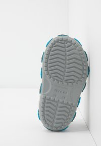 Crocs - SHARK BAND - Sandały kąpielowe - light grey - 5