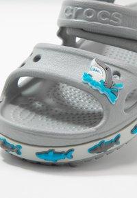 Crocs - SHARK BAND - Sandały kąpielowe - light grey - 2