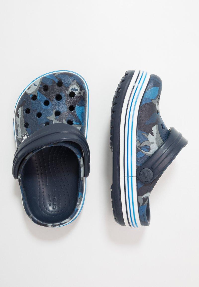 Crocs - CROCBAND SHARK - Chanclas de baño - navy