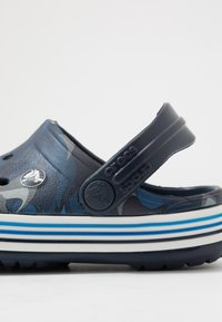 Crocs - CROCBAND SHARK - Chanclas de baño - navy - 2