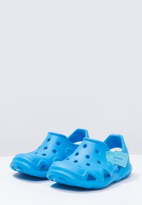 Crocs - SWIFTWATER WAVE RELAXED FIT - Sandály do bazénu - ocean - 2
