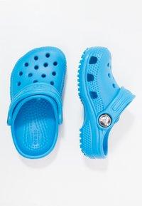 Crocs - CLASSIC  - Chanclas de baño - ocean - 0