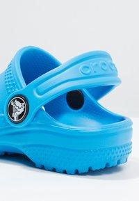 Crocs - CLASSIC  - Chanclas de baño - ocean - 5