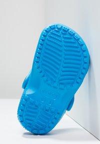 Crocs - CLASSIC  - Chanclas de baño - ocean - 4