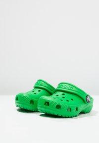 Crocs - CLASSIC  - Sandales de bain - grass green - 2