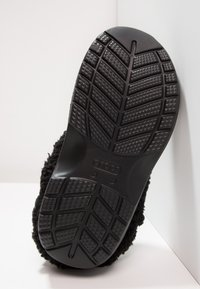 Crocs - CLASSIC BLITZEN III - Domácí obuv - black - 4