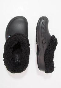 Crocs - CLASSIC BLITZEN III - Domácí obuv - black - 1