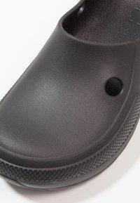 Crocs - CLASSIC BLITZEN III - Domácí obuv - black - 6