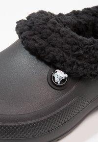 Crocs - CLASSIC BLITZEN III - Domácí obuv - black - 5