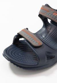 Crocs - SWIFTWATER - Sandały kąpielowe - navy/slate grey - 5