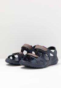 Crocs - SWIFTWATER - Sandały kąpielowe - navy/slate grey - 2