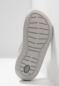 Crocs - LITERIDE RELAXED FIT - Puukengät - smoke/pearl white - 4