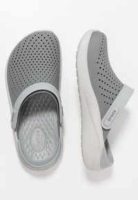 Crocs - LITERIDE RELAXED FIT - Puukengät - smoke/pearl white - 1