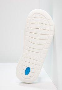 Crocs - LITERIDE SLIDE - Sandały kąpielowe - navy/white - 4