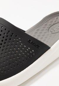 Crocs - LITERIDE SLIDE - Chanclas de baño - black/smoke - 5