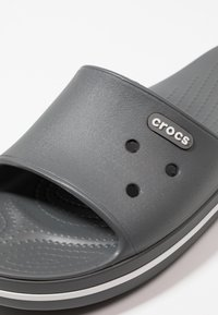 Crocs - SLIDE - Chanclas de baño - slate grey/white - 5