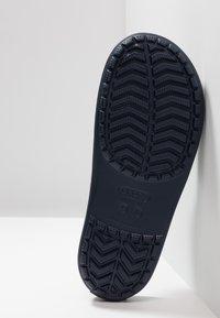 Crocs - SLIDE - Chanclas de baño - navy/white - 4