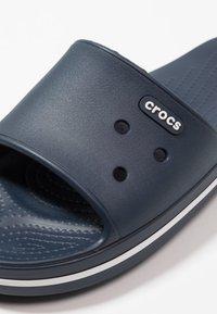 Crocs - SLIDE - Chanclas de baño - navy/white - 5