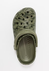 Crocs - CLASSIC PRINTED CAMO - Clogs - army green - 1