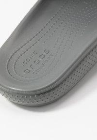 Crocs - CLASSIC SLIDE - Sandales de bain - slate grey - 2