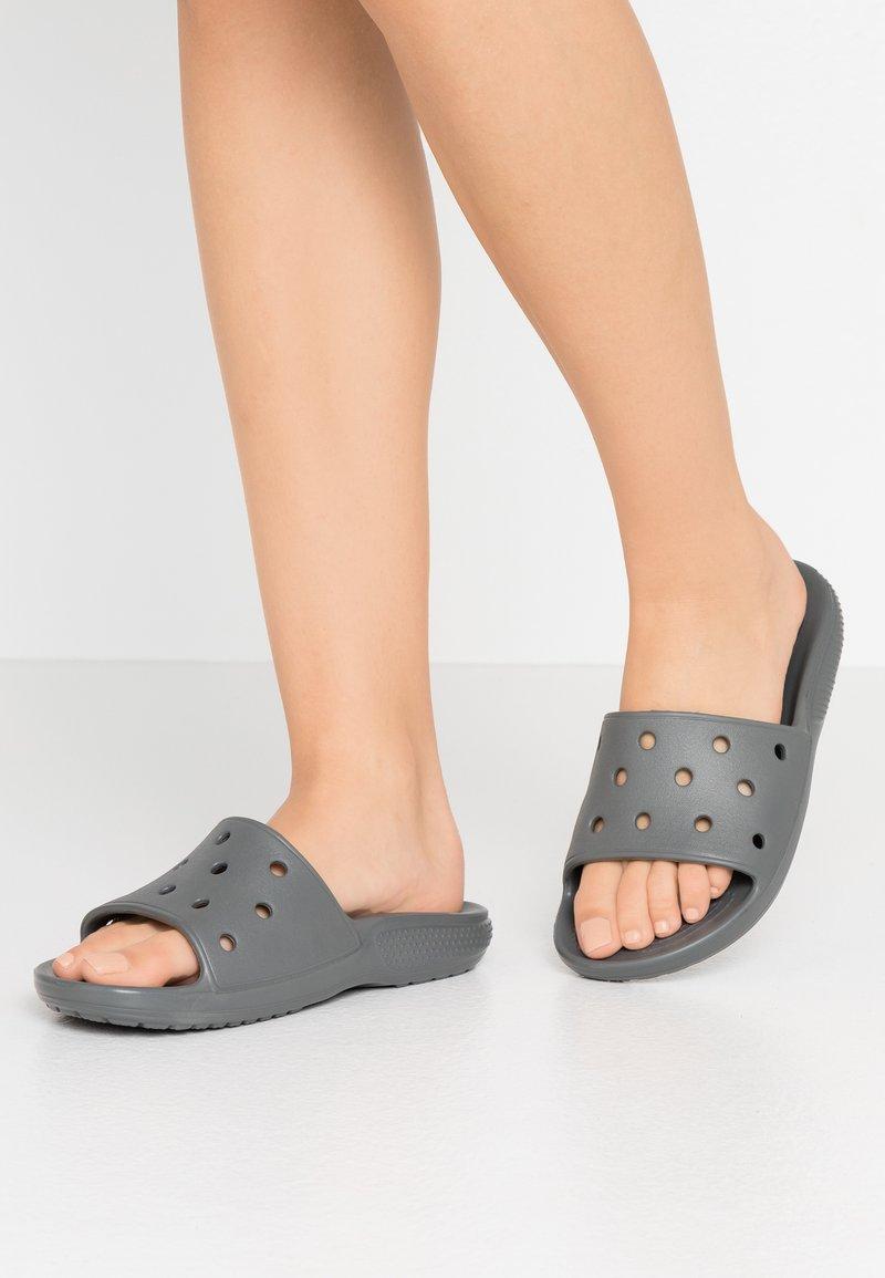 Crocs - CLASSIC SLIDE - Sandály do bazénu - slate grey