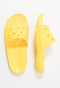 Crocs - CLASSIC SLIDE - Sandály do bazénu - lemon - 3