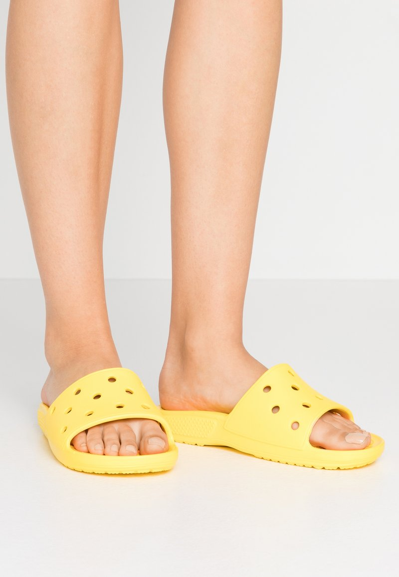 Crocs - CLASSIC SLIDE - Sandály do bazénu - lemon