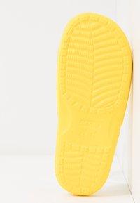 Crocs - CLASSIC SLIDE - Sandály do bazénu - lemon - 6
