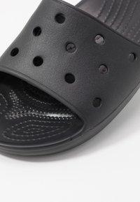 Crocs - CLASSIC SLIDE - Sandały kąpielowe - black - 2