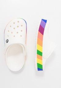 Crocs - CROCBAND RAINBOW BLOCK - Badslippers - white/multicolor - 1
