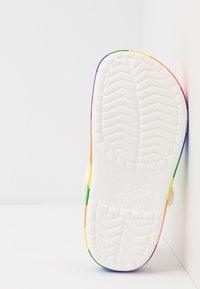 Crocs - CROCBAND RAINBOW BLOCK - Badslippers - white/multicolor - 4