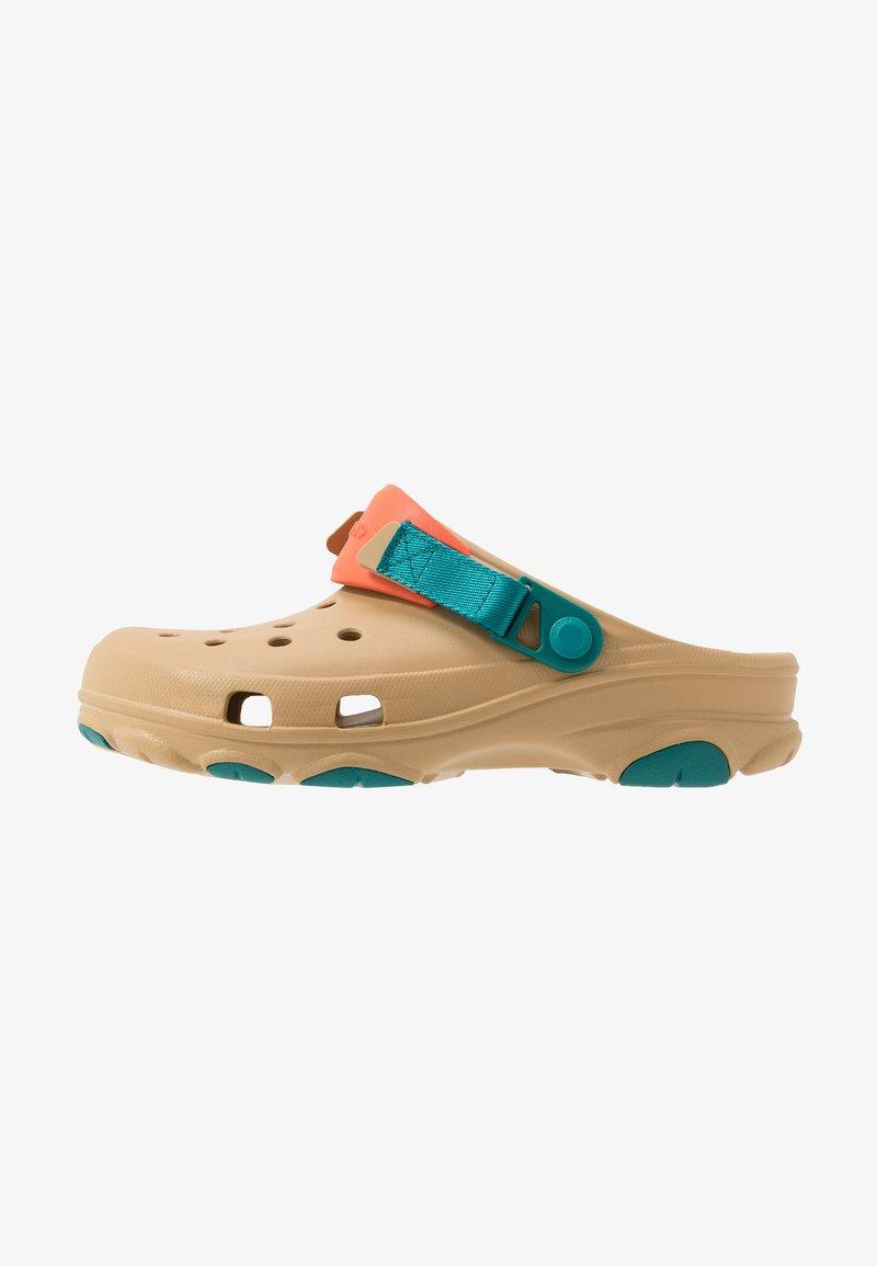 Crocs - CLASSIC ALL TERRAIN  - Drewniaki i Chodaki - tan