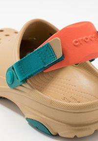 Crocs - CLASSIC ALL TERRAIN  - Drewniaki i Chodaki - tan - 5
