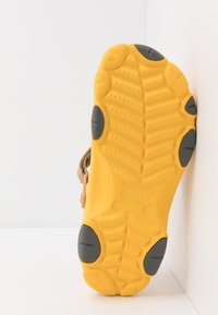 Crocs - CLASSIC ALL TERRAIN  - Drewniaki i Chodaki - canary - 4