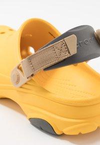 Crocs - CLASSIC ALL TERRAIN  - Tresko - canary - 5