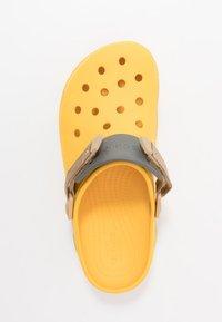 Crocs - CLASSIC ALL TERRAIN  - Drewniaki i Chodaki - canary - 1