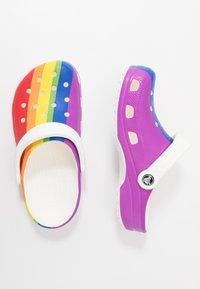 Crocs - CLASSIC RAINBOW STRIPE - Sandały kąpielowe - rainbow - 1