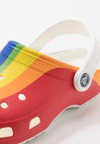 Crocs - CLASSIC RAINBOW STRIPE - Sandały kąpielowe - rainbow - 5