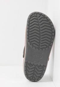 Crocs - CROCBAND BOTANICAL PRINT - Clogs - slate grey/white - 4