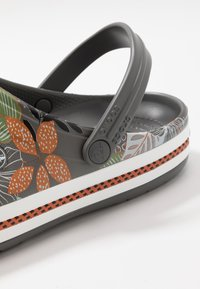 Crocs - CROCBAND BOTANICAL PRINT - Clogs - slate grey/white - 5