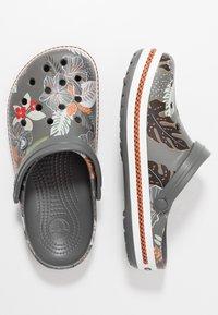 Crocs - CROCBAND BOTANICAL PRINT - Clogs - slate grey/white - 1