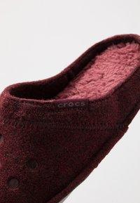 Crocs - CLASSIC - Pantuflas - burgundy - 5