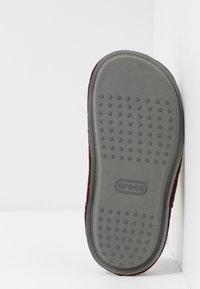 Crocs - CLASSIC - Pantuflas - burgundy - 4