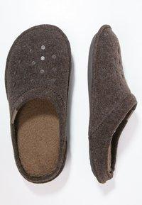 Crocs - CLASSIC - Pantuflas - espresso - 1